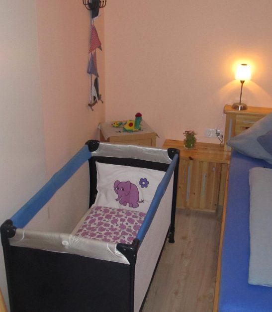 Kinderreisebett im Schlafbereich.