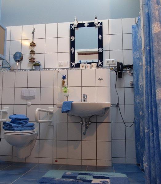 Waschbecken und Toilette mit Haltegriffen