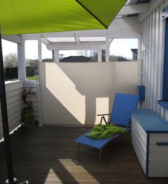 Überdachte Terrasse mit Seitenmarkise.