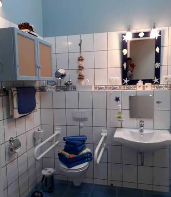 Bad verfügt über ausreichend Bewegungsfläche; WC mit Stützklappen