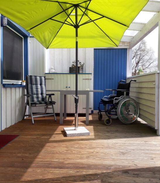 Überdachte Terrasse mit Steckdose und Abstellplatz für E-Mobil